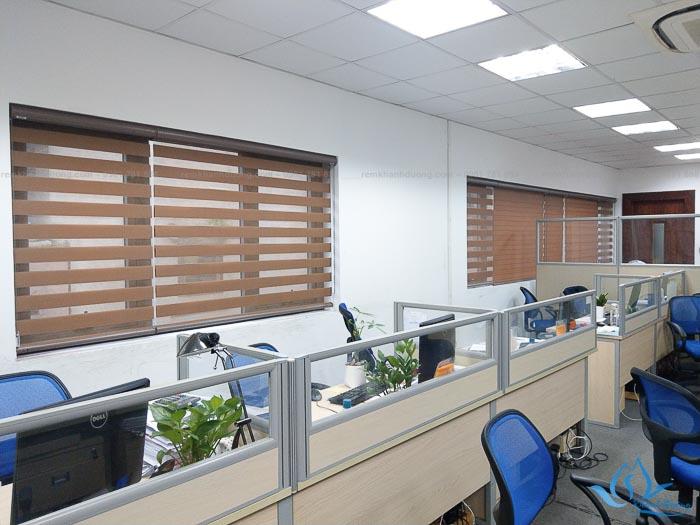 Sử dụng rèm cầu vồng chống nắng cao cấp giúp không gian văn phòng luôn thoáng mát