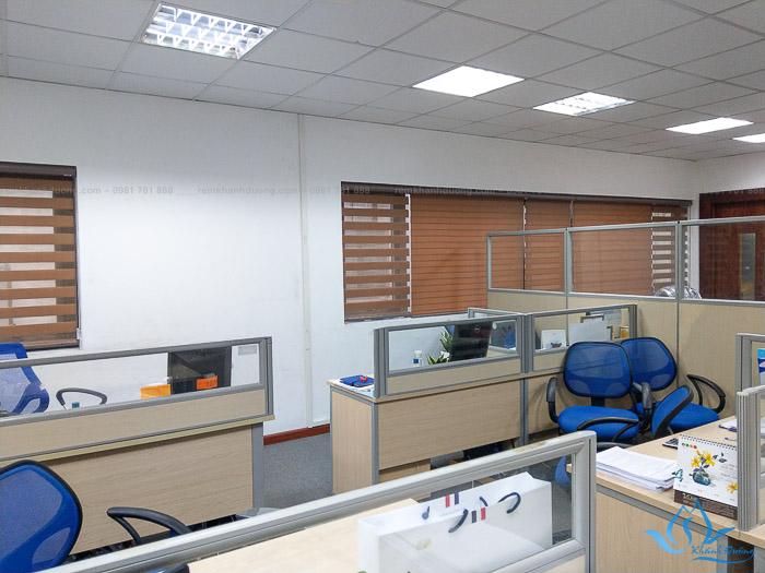 Rèm cầu vồng sở hữu màu sắc ấn tượng, phù hợp lắp đặt trong các không gian văn phòng hiện đại