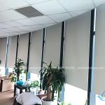 Rèm cuốn trơn văn phòng màu ghi sáng đẹp ở Trung Kính KD-02
