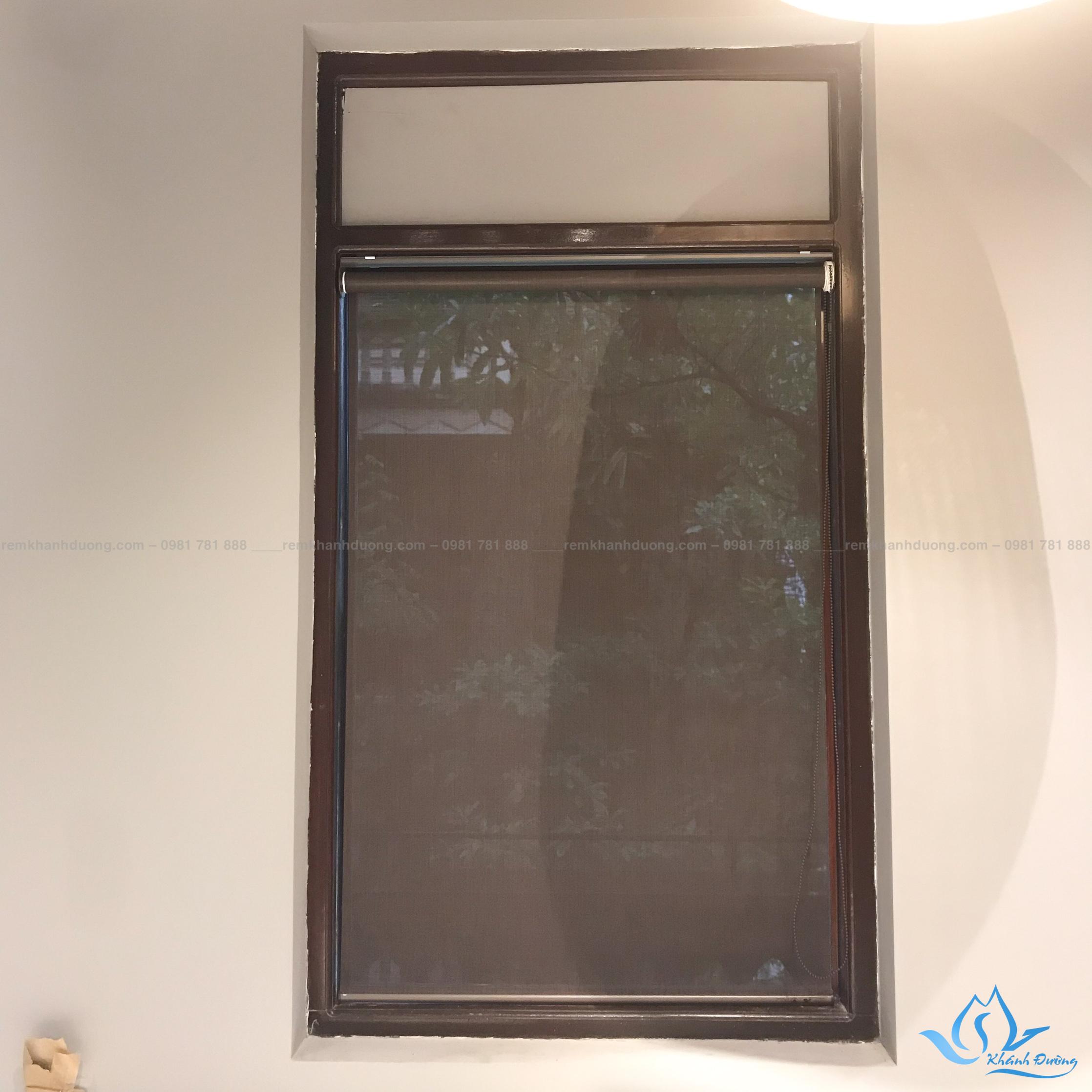 Chất liệu rèm cuốn lưới A4002 được làm từ polyester và nhựa pvc
