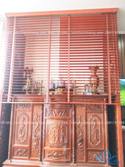 Mẫu rèm gỗ che bàn thờ đẹp đồng màu cho chung cư ở Nguyễn Huy Tưởng