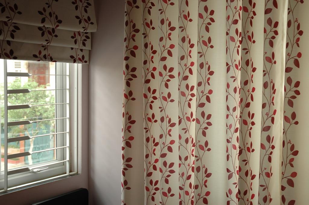 Mẫu rèm vải Bỉ nhập khẩu cao cấp RB – 26 có họa tiết hoa đỏ nổi bật trên nền rèm màu trắng cực bắt mắt