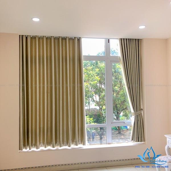 Mẫu rèm vải 1 lớp màu vàng cho cửa sổ nhỏ