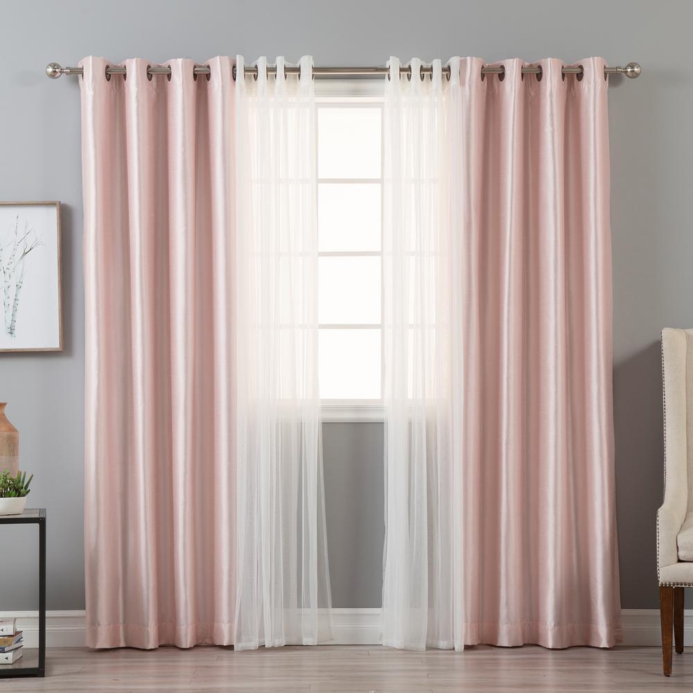 Sơn màu trầm và rèm vải hồng tạo nên sự phá cách