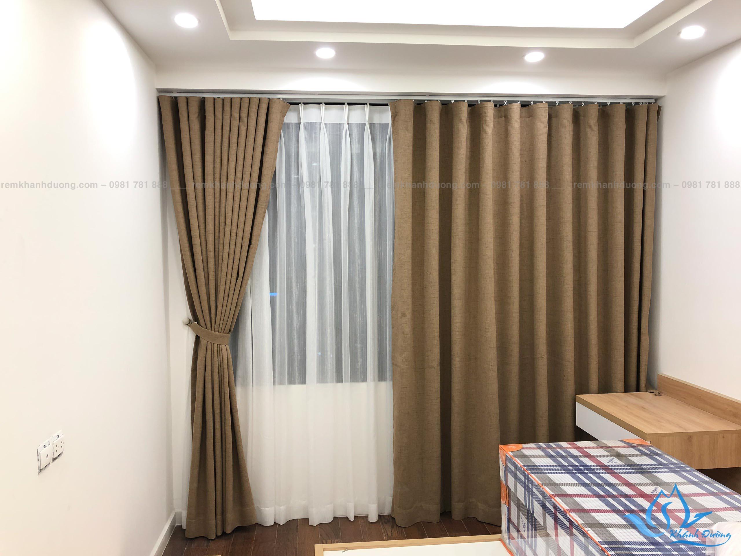 Rèm vải màu nâu là lựa chọn không tồi cho cửa sổ phòng ngủ người cao tuổi