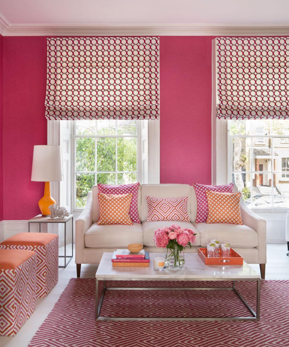 Rèm trắng họa tiết hồng nhẹ nhàng cho tường hồng