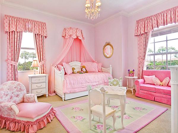Rèm cửa màu hồng có họa tiết cho tường hồng