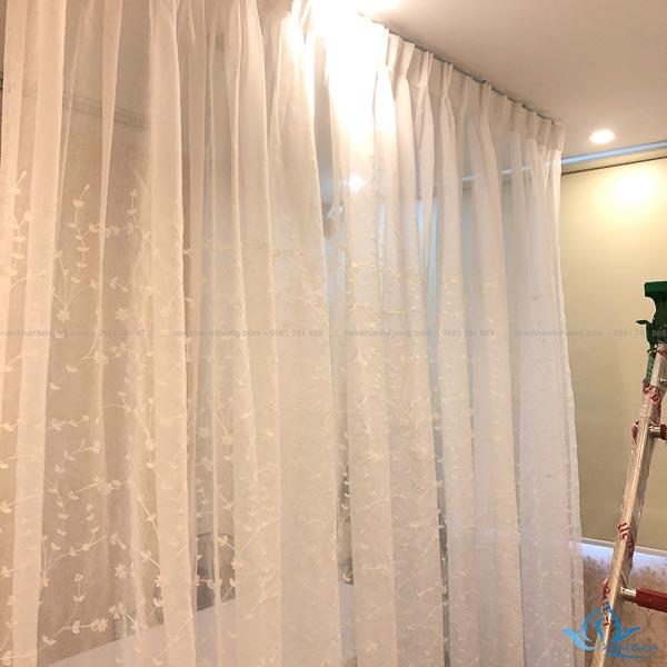 Lắp đặt rèm voan trắng thêu hoa cho spa ở 10 Vũ Phạm Hàm