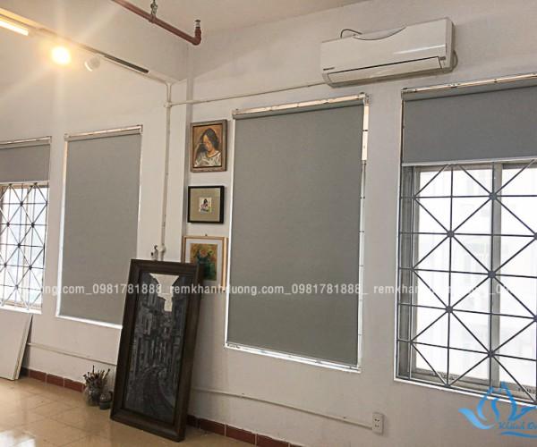 Rèm cuốn trơn màu ghi cho cửa sổ nhỏ đẹp tại Chùa Láng Hà Nội KD-94