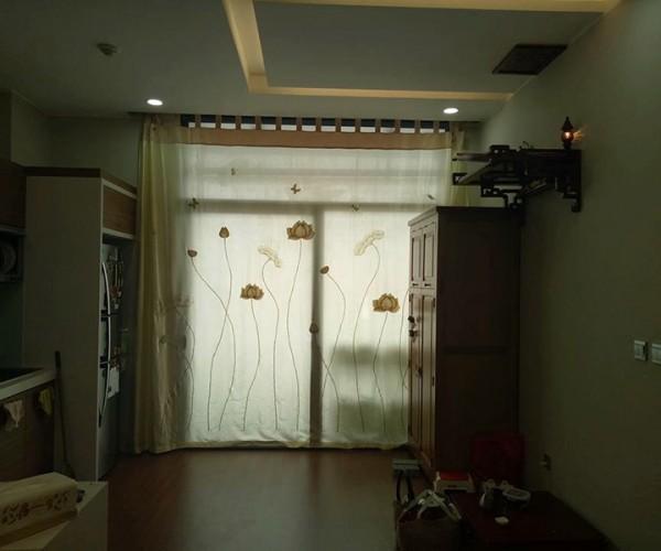 Rèm voan thêu hoa sen vàng đơn giản tại Ba Đình